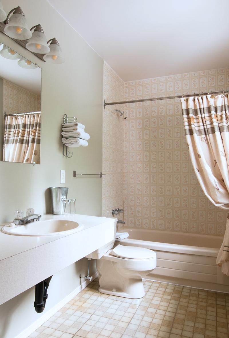 Heriot Bay Inn Bathroom